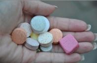 Vitamintropfen, -Tabletten, -Kapseln
